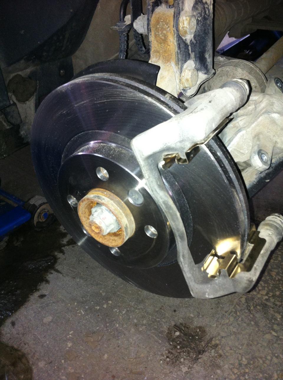 Замена передних тормозных колодок на Лада Ларгус: фото и видео 7