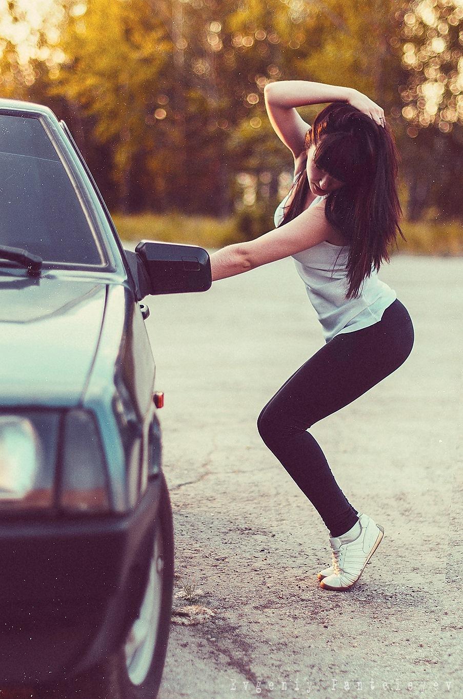 Девушки брюнетки без лиц на машинах