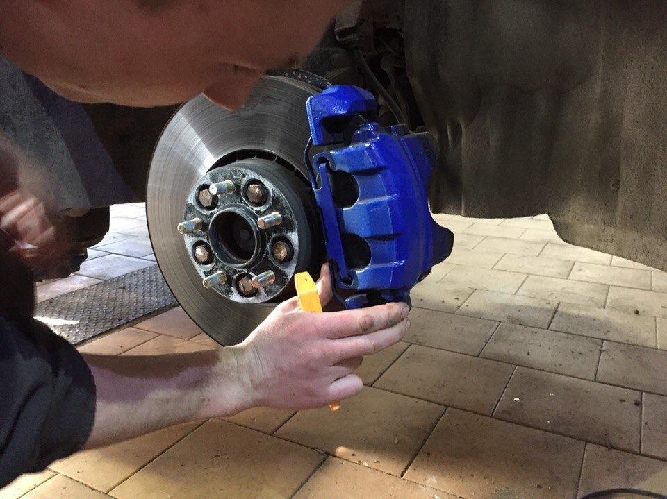 Замена передних тормозных колодок volvo xc60 своими руками