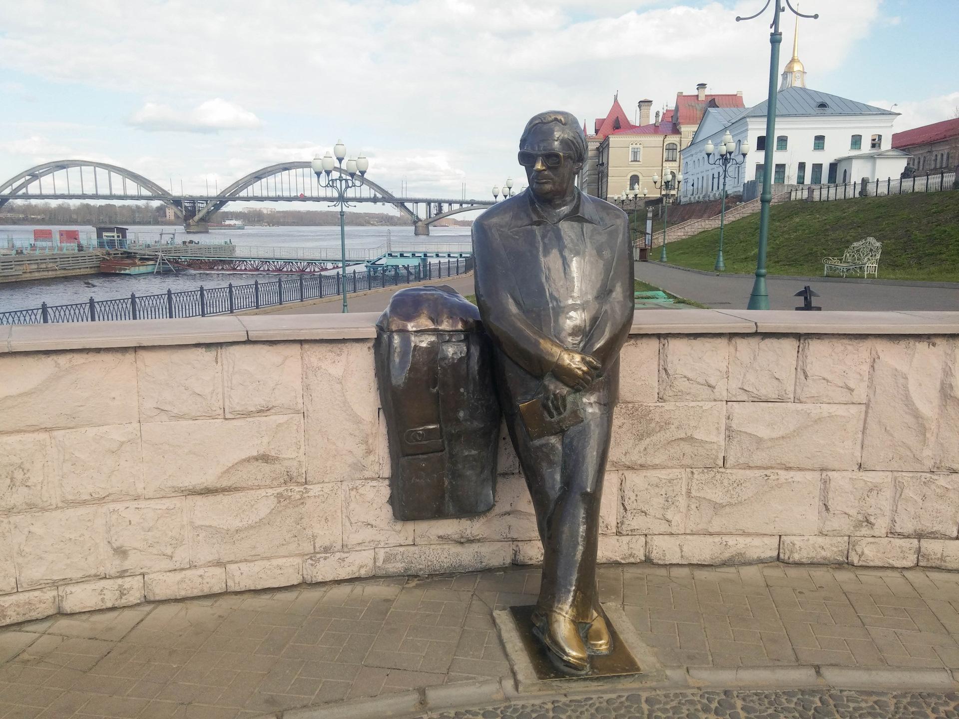 памятник ошанину в рыбинске фото полностью утеплен
