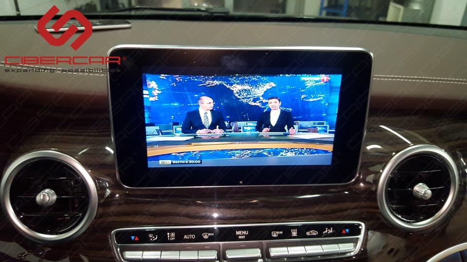 Цифровое ТВ в стандарте DVB T2 - также синхронизировано с потолочным монитором - все могут просматривать ТВ, и водитель и задние пассажиры.