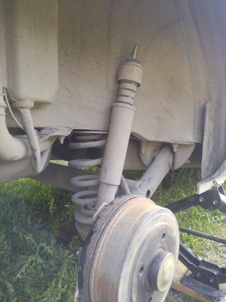 Замена верхней распорной втулки заднего амортизатора на рено символ