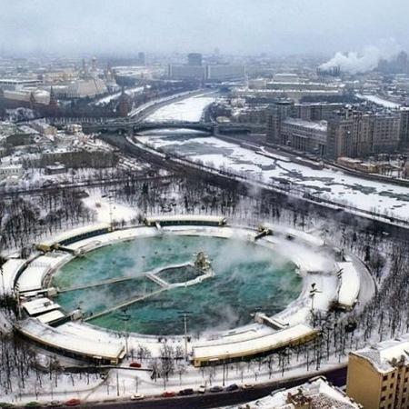 в середине 20 века на этом месте был открытый бассейн «Москва» — плавательный бассейн под открытым небом, существовавший с 1960 по 1994 в центре Москвы, на берегу Москвы-реки.
