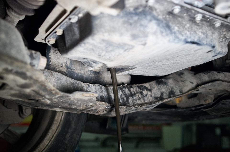Слив трансмиссионного масла АКПП Mazda 6 после промежуточного пробега в 1000 км.