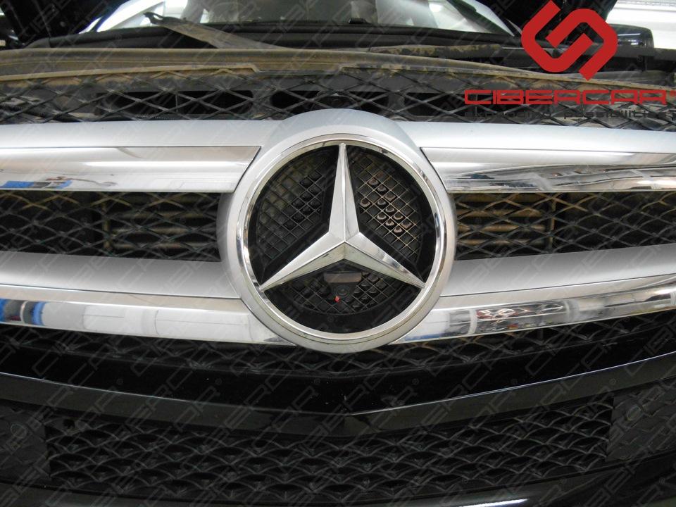 Камера переднего вида встроенная в звезду Mercedes-Benz.