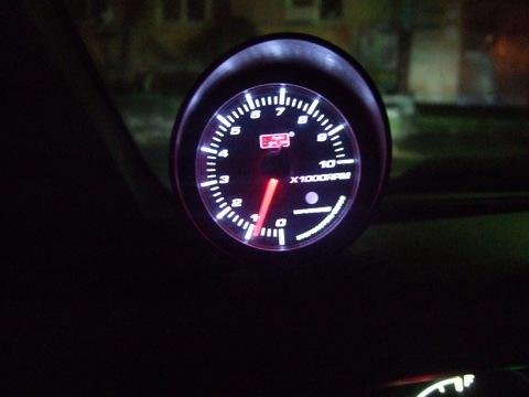 Т.к. у меня приборка без тахометра, решил поставить выносной auto gauge.  Выбрал место, подключил и вуаля.