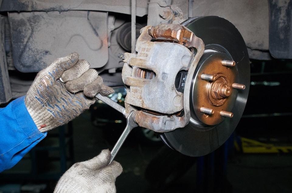 Замена передних тормозных дисков - обзор от Техцентра Авто Драйв на Южной.