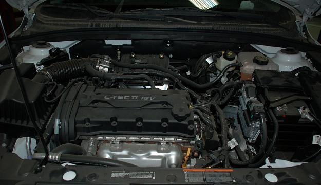 Вид на двигатель под капотом
