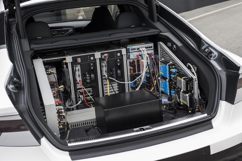 Вот так выглядит багажник Робби. Автономность управления обеспечивается сенсорами, установленными по периметру кузова, камерами и высокоточным GPS модулем. В Audi говорят, что уже сейчас располагают возможностью сделать всю установку заметно компактнее. Пройдет еще некоторое время, и мозг машины будет занимать места не больше, чем средняя дамская сумочка.