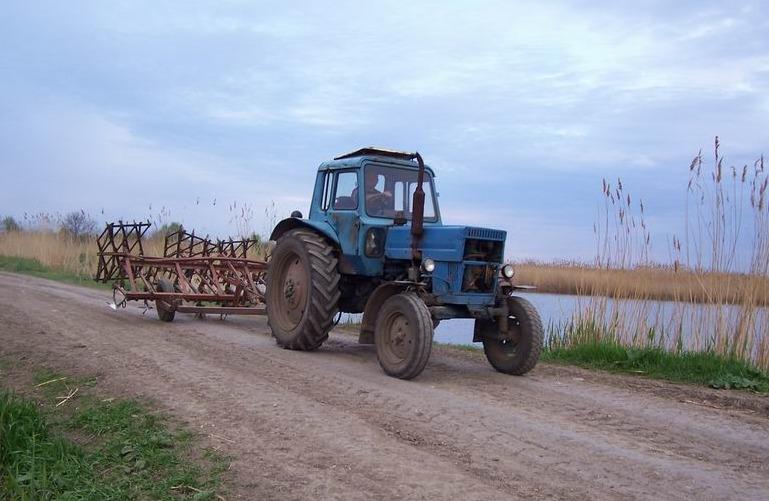 АГРОМАШ-60ТК - многоцелевой трактор тягового класса 0,9 т.с. (уборка территории)