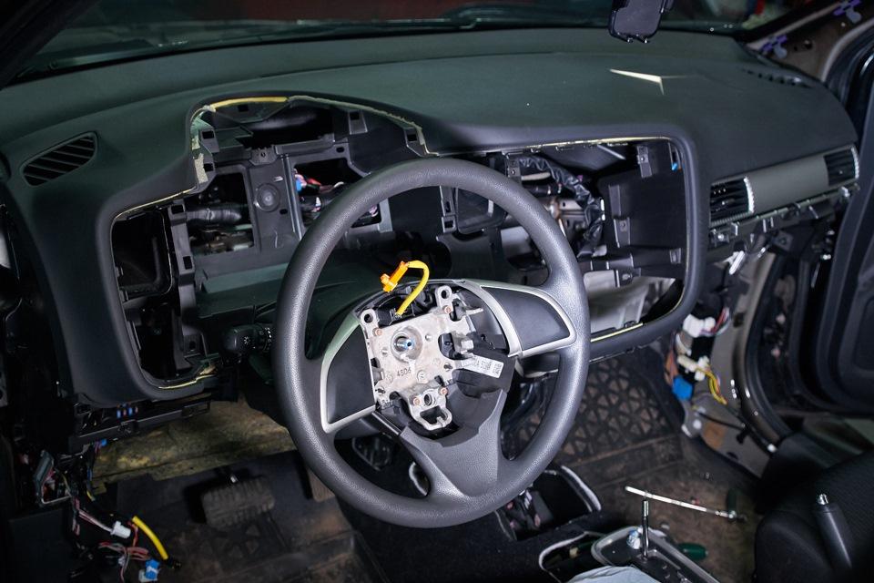 Mitsubishi Outlander. Снятие приборной панели и кожуха подушки безопасности водителя.