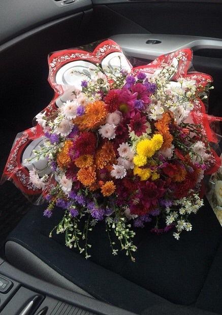 С цветами в машине фото