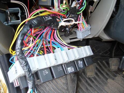 Снимаем блок предохранителей и подключаем один провод от БК к проводу 33-х контактной колодки.