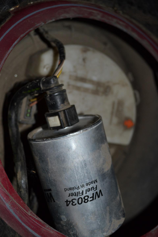 Где находится топливный фильтр в пежо 307 1.6