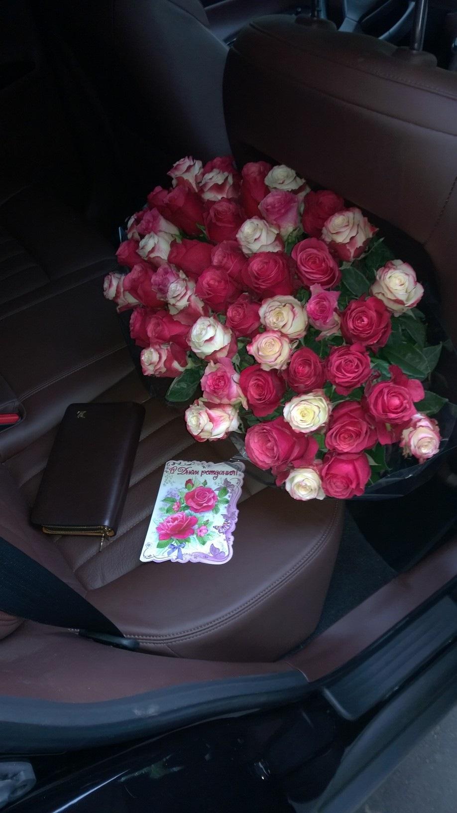 Цветы на заднем сидении фото