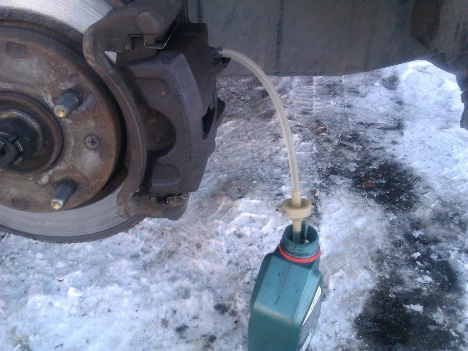 Как прокачать тормоза одному ваз 2105