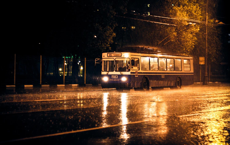 основные признаки на улице дождь едет автобус обратите внимание
