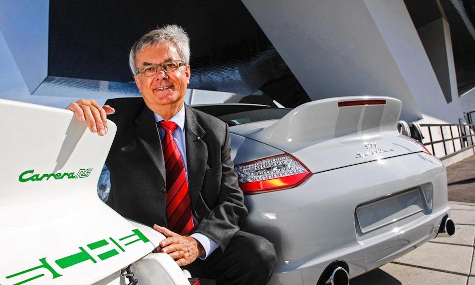 Тильманн Бродбек — 40 лет жизни посвятил Porsche, помимо прочего, является автором дактейла, на который и облокотился.