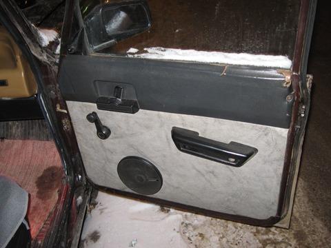 в панели, ближе к пасажиру врезан CD-ROM переделанный для подстаканника.  В приводе так же распологается разъём USB...