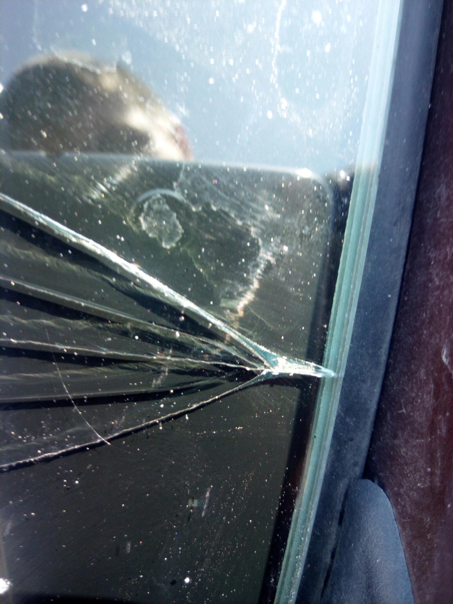 Меняют ли по каско лобовое стекло с трещиной от попадания камня автомобиля
