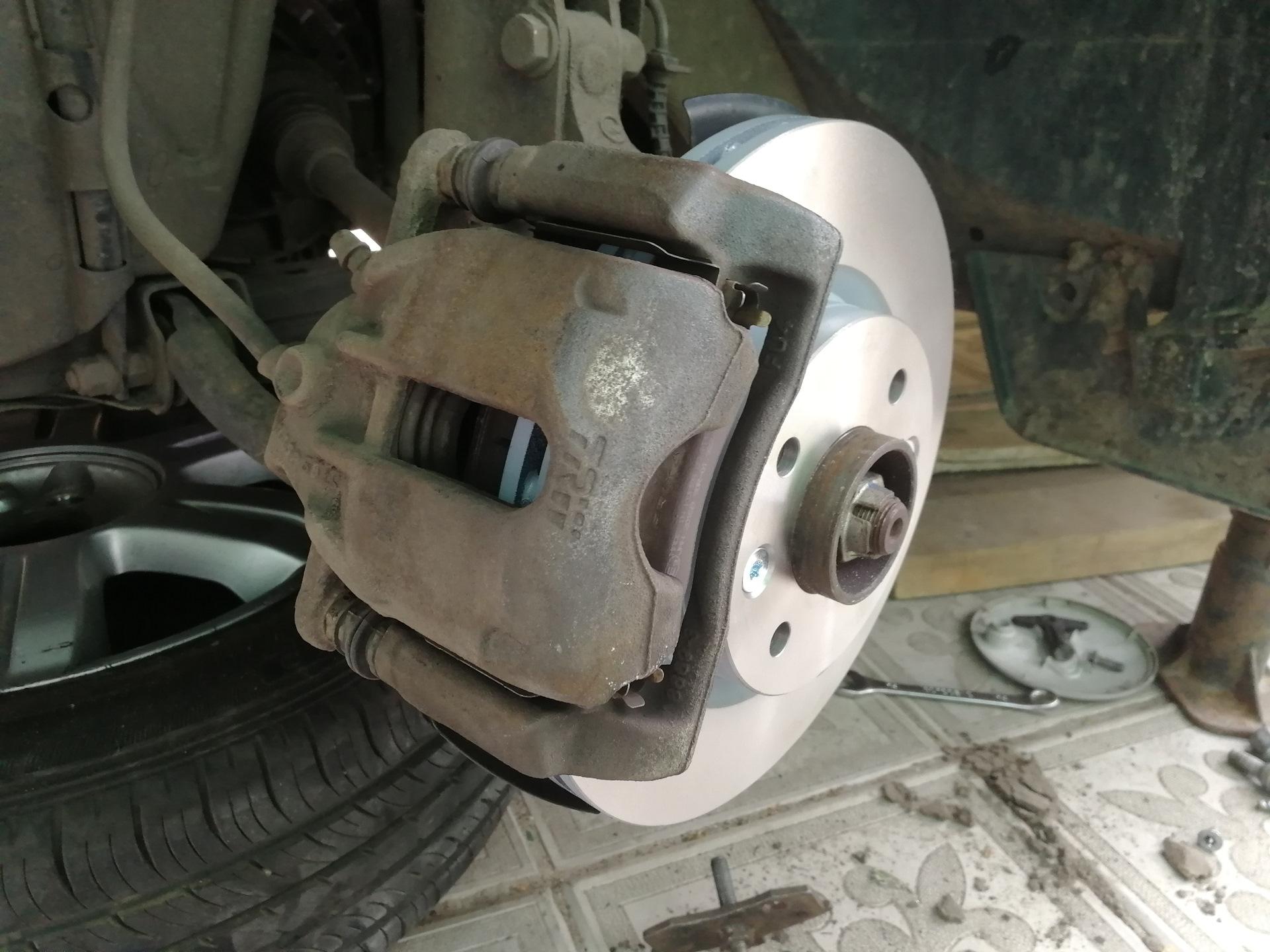 Замена передних тормозных колодок на Лада Ларгус: фото и видео 36