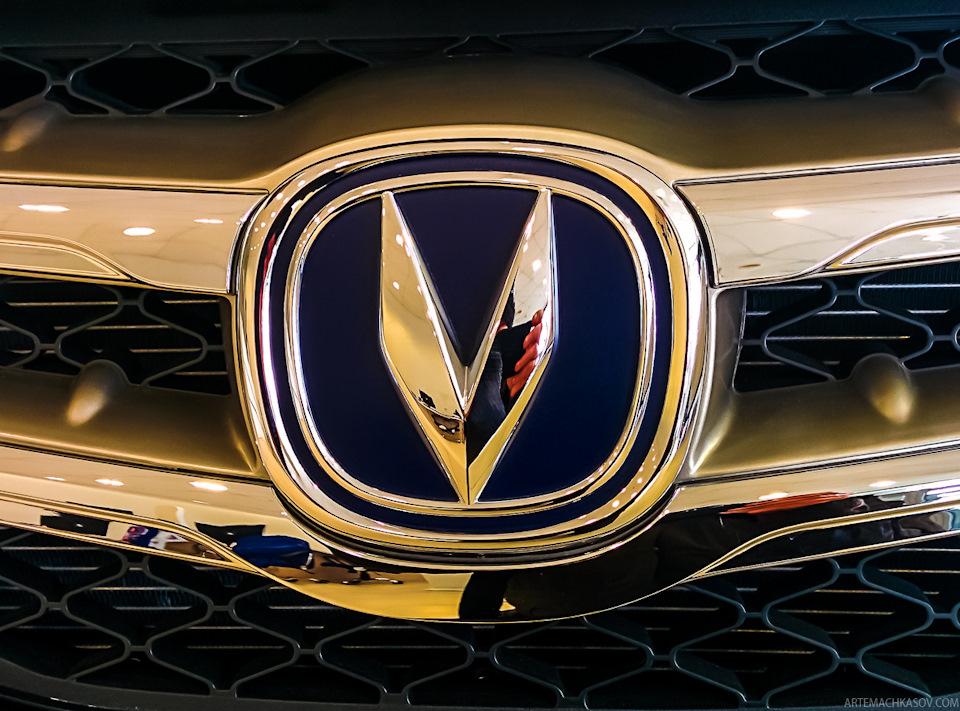 Значок V — victory означает Победа. Этот силуэт находит отражение и в элементах салона, в частности в центральной консоли