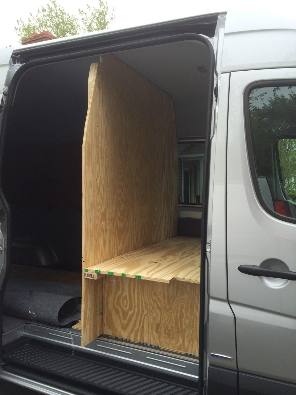 спальник в микроавтобусе фото длинные темные волосы