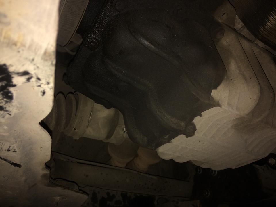Течёт, видно последний раз много масла в двигатель налил, до сих под выше уровня(
