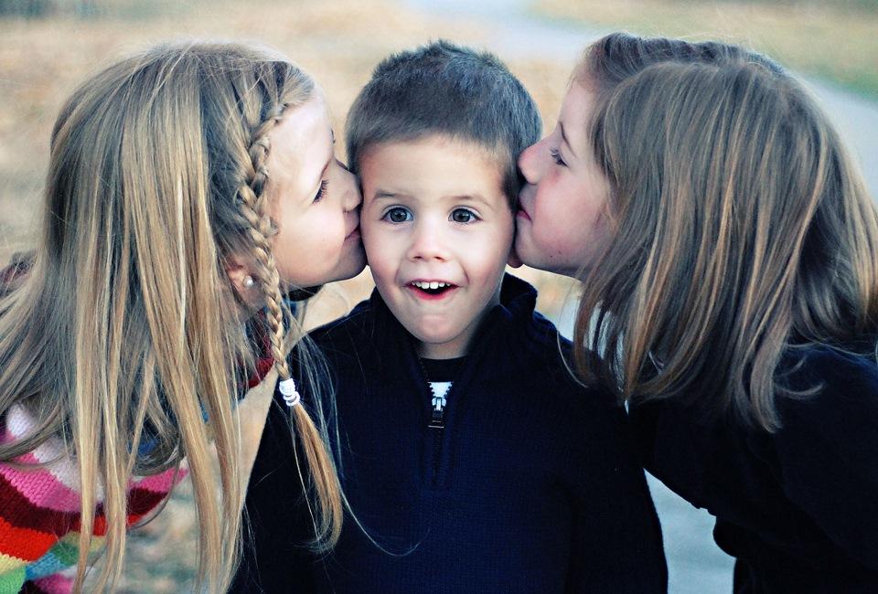 Картинка мальчик и две девочки
