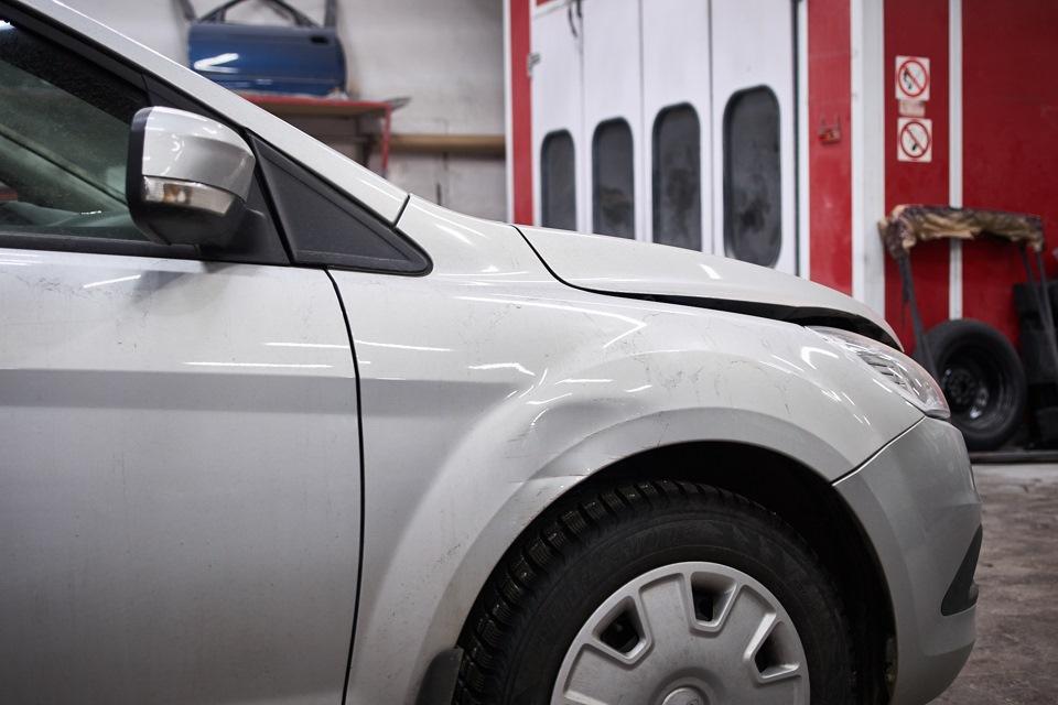 Повреждения переднего правого крыла Ford Focus после ДТП