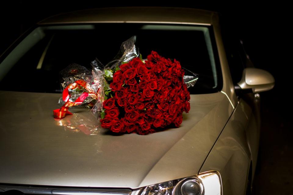 Фото девушка цветы машина