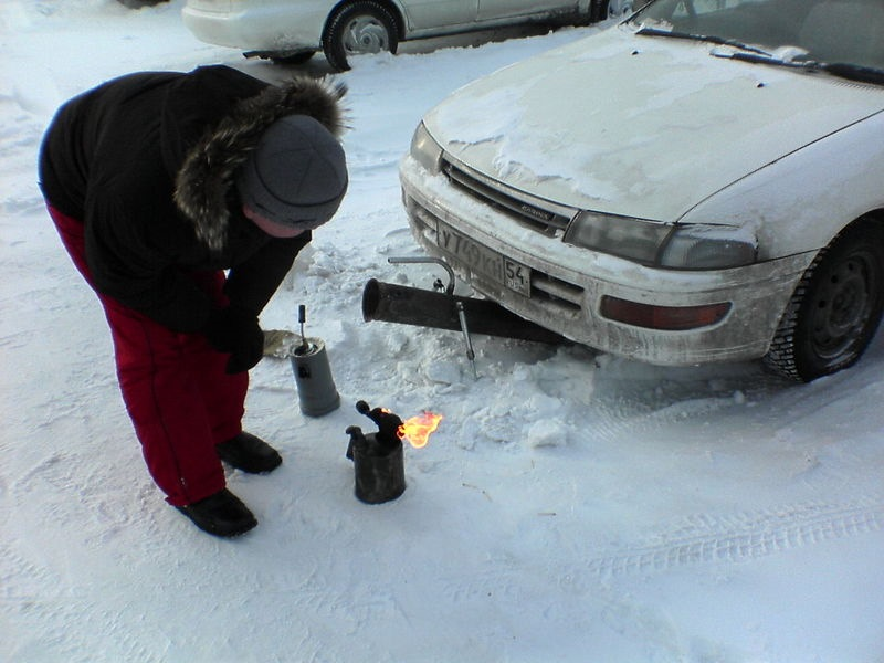 Почему на воротах гаража намерзает лёд