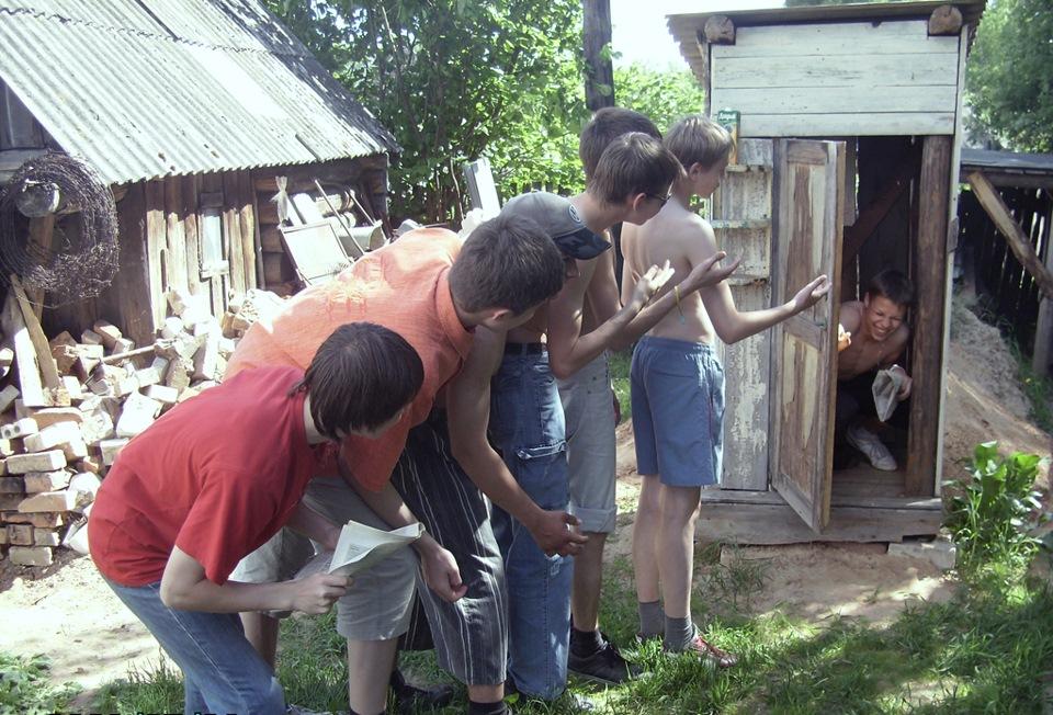 seks-zagorelih-devushki-v-derevenskom-tualete-foto-ebutsa