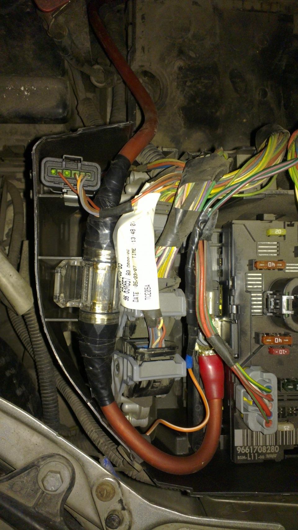 где проложить плюсовой кабель сабвуфера peugeot 206