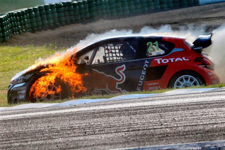 Peugeot 208 Т16 в 2016-м не столь грозны, как годом ранее. На фото — горящий автомобиль Тимми Хансена