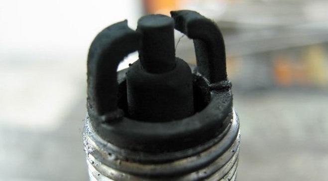 Черный нагар на свече бензопилы