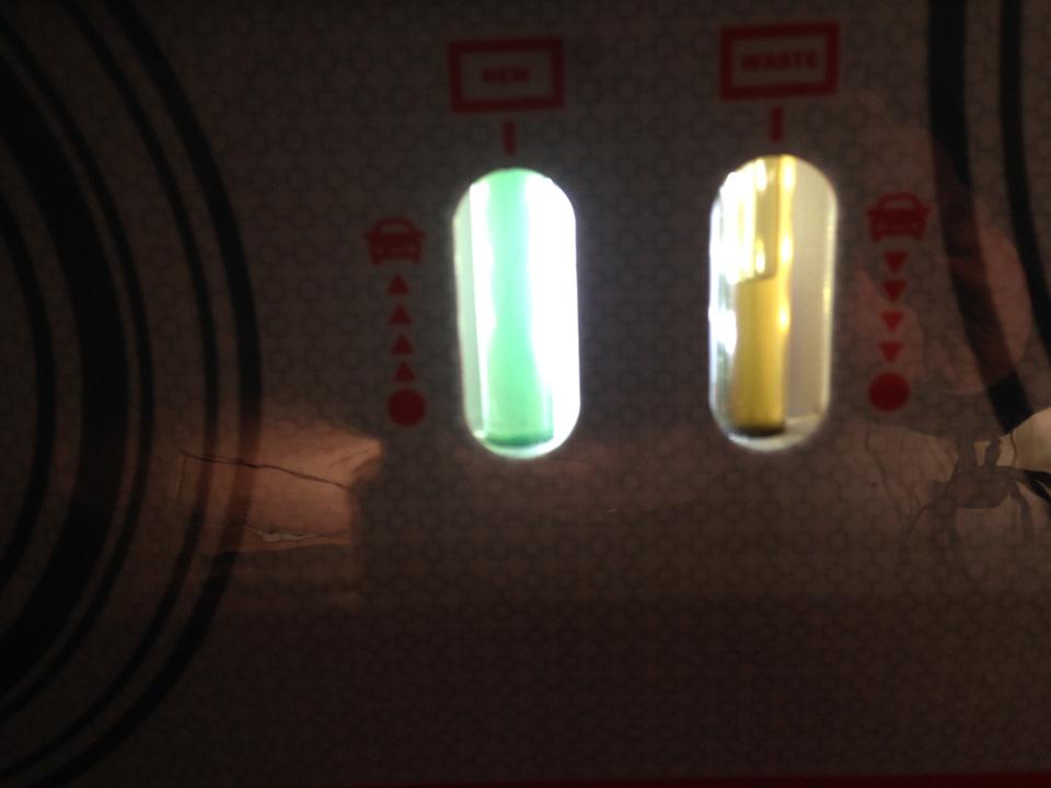 Слева — закачивается новое масло, справа — выходит старое. В результате замены — справа (на выходе) цвет масла будет такой же как и сейчас слева (на входе)