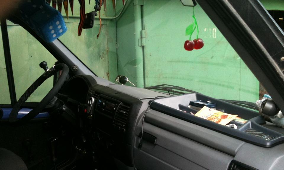 почему сабвуфер в машине гудит