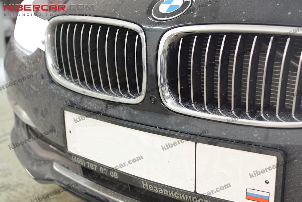 Камера установлена между решеток радиатора (приносим извинения за не совсем чистый автомобиль).