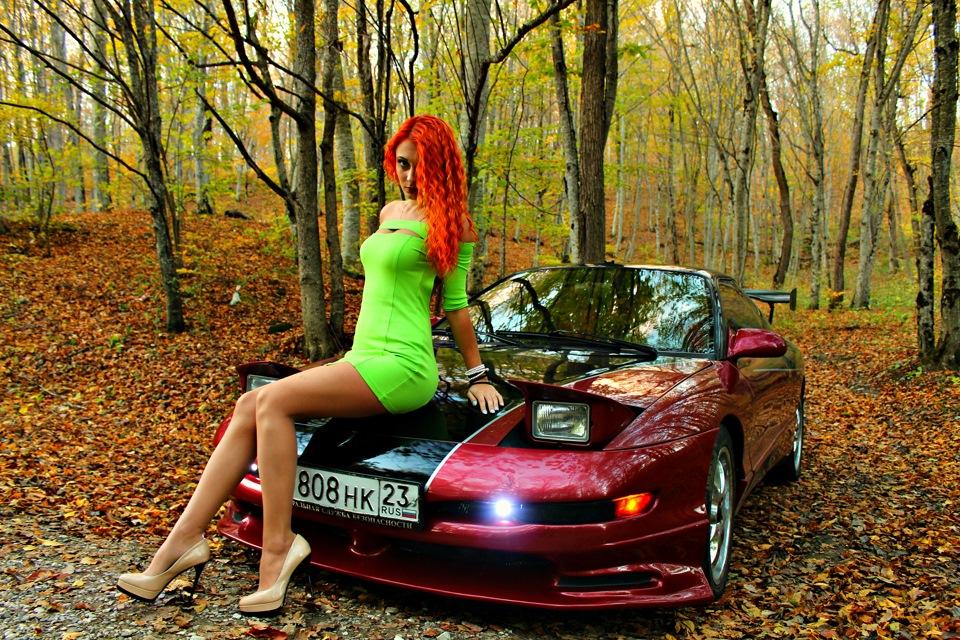 Рыжая девушка на дорогой машине