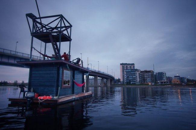 Под мостом на плоту