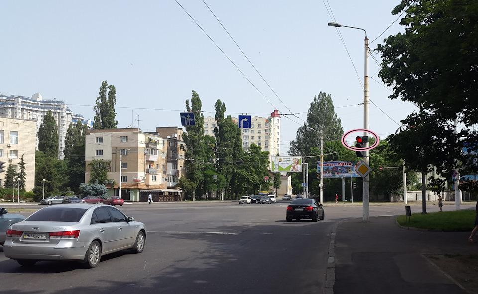 Вот, кстати, интересный вариант проезда светофора. Если есть маленький знак, с нарисованой зелёной стрелочкой, то поворот направо разрешён даже под красный. Так на большинстве перекрёстков, кроме самых загруженых магистралей. И в данном случае водитель БМВ ничего не нарушает. Очень удобно! Почему в России до этого ещё не додумались?