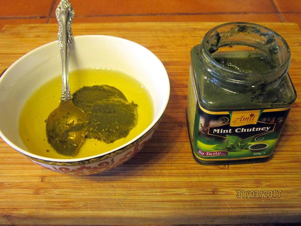 Перемешиваем 50 мл. растительного масла с одной чайной ложкой мятного чатни. Лучше если это будет домашнее подсолнечное масло с запахом семечек.