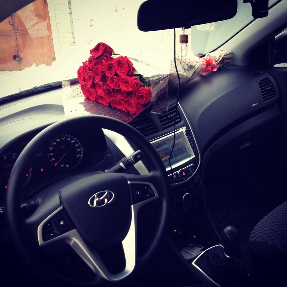 Фото девушка с цветами в машине