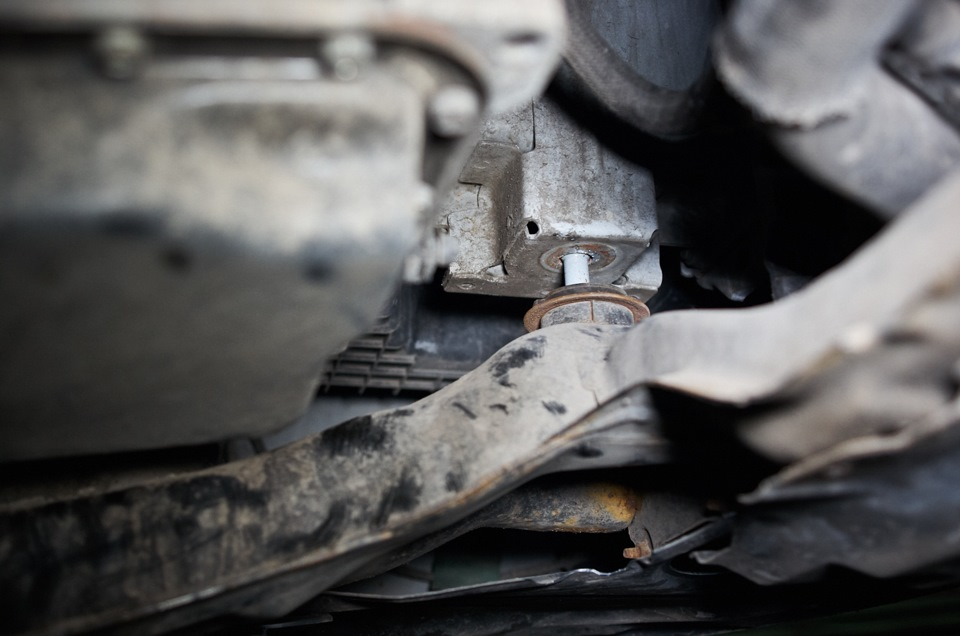 Приспускание подрамника Mazda 6 для снятия картера АКПП