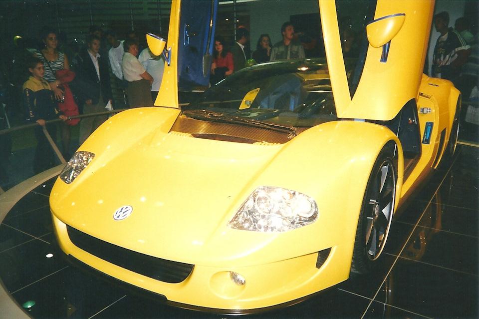 В конце прошлого века VW всерьез занимался разработкой суперкара. Концепт W12 Syncro — это отчим и Audi R8 и Bugatti Veyron, хотя внешне он больше всего напоминает Saleen S7, дебютировавший годом позже, в 2000-ом.
