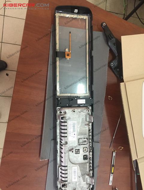 Демонтированный монитор — вид сзади, как видно на фото, емкостная тач-панель накладывается только на одну часть монитора — на правую.