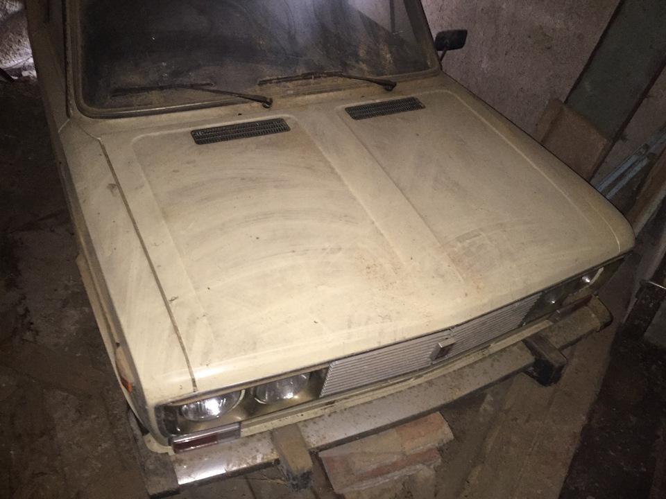 Советский седан покрыт многолетним слоем пыли