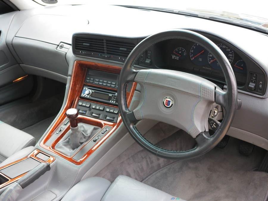 Рулевое колесо заново обшито кожей на Alpina. Также установлена оригинальная деревянная ручка рычага КП