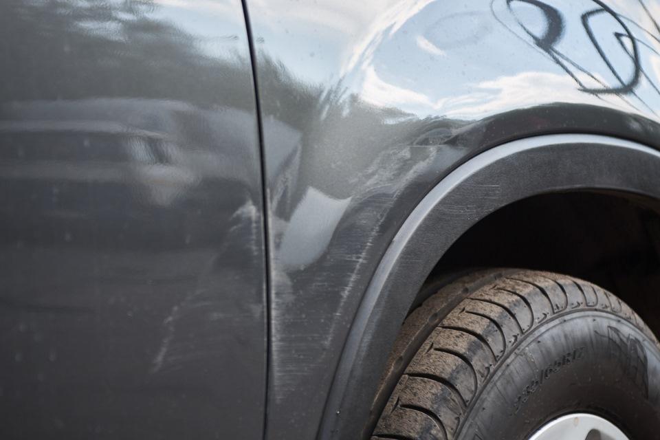 KIA Sorento перед проведением локального кузовного ремонта. Вмятины переднего правого крыла и царапины передней правой двери.